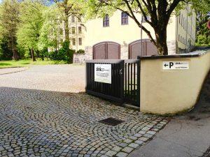 Einfahrt zum Patientenparkplatz im Innenhof ZiNK, vom Haubensteigweg aus